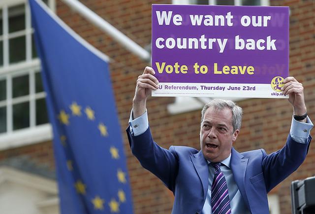 Líder protieurópskej strany UKip Nigel Farage drží plagát v rámci kampane proti zotrvaniu Británie v EÚ
