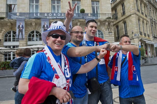 Na snímke fanúšikovia Slovenska pred zápasom B-skupiny na majstrovstvách Európy vo futbale medzi Walesom a Slovenskom 11. júna 2016 vo francúzskom Bordeaux