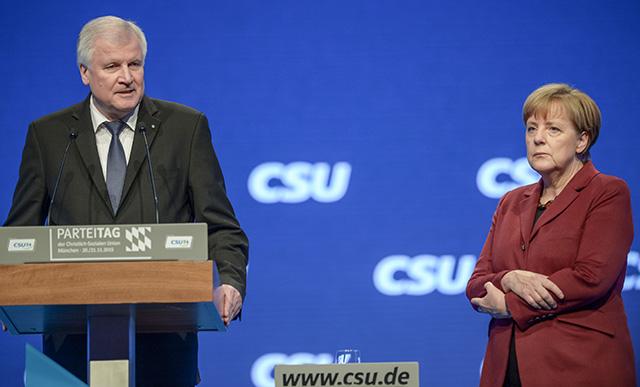 Nemecká kancelárka Angela Merkelová (vpravo) počúva prejav bavorského guvernéra Horsta  Seehofera na zjazde bavorskej Kresťansko-sociálnej únie (CSU) v Mníchove