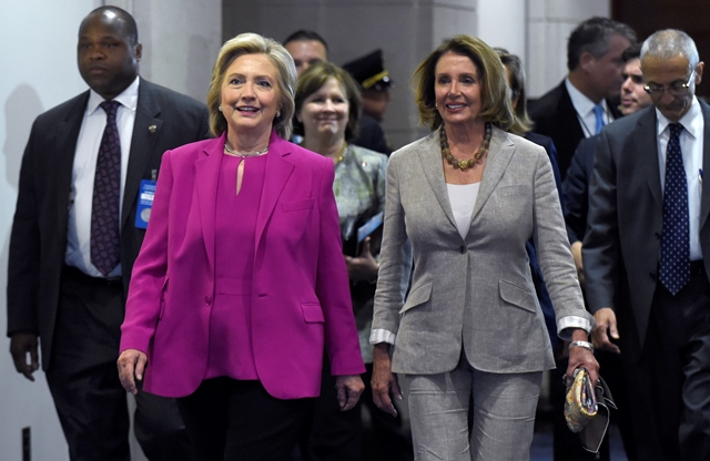 Na snímke americká demokratická prezidentská kandidátka Hillary Clintonová (vľavo) kráča s líderkou demokratickej menšiny v Snemovni reprezentantov amerického Kongresu Nancy Pelosiovou