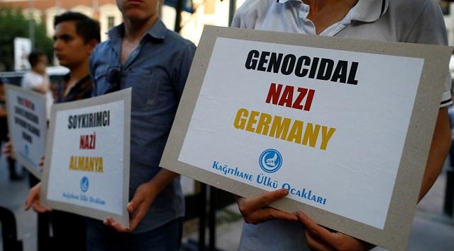 Turci protestujú proti pojmu genocída v súvislosti s vyvraždením Arménskeho národa vykrikovaním Nemcom nacistickú minulosť