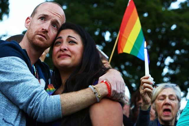 Ľudia sa schádzajú vo viacerých mestách a štátoch USA, aby prejavili solidaritu s obeťami