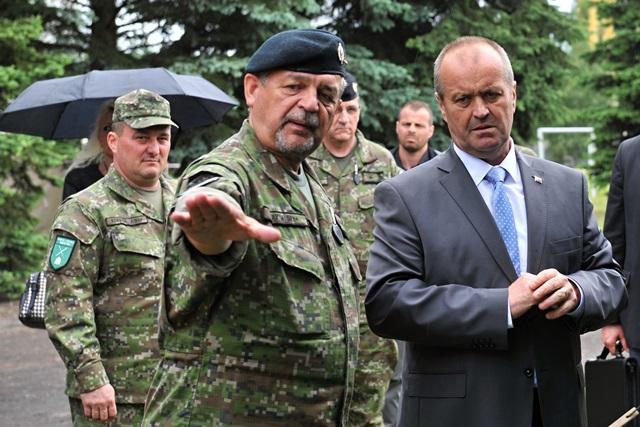Na snímke vpravo minister obrany SR Peter Gajdoš a náčelník Generálneho štábu OS SR Milan Maxim