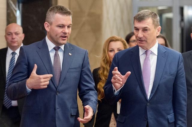 Na snímke vľavo podpredseda vlády SR pre investície a informatizáciu Peter Pellegrini a vpravo podpredseda EK pre Jednotný digitálny trh Andrus Ansip