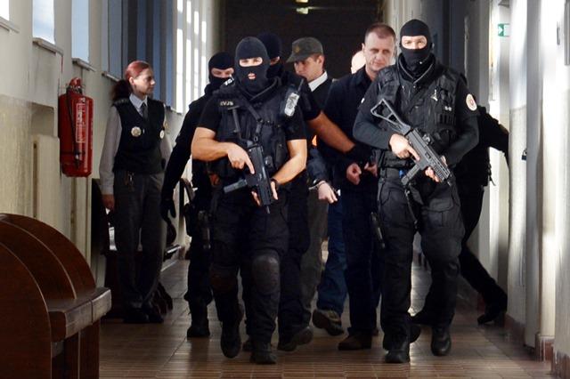 Na snímke príchod obžalovaných na Okresnom súde