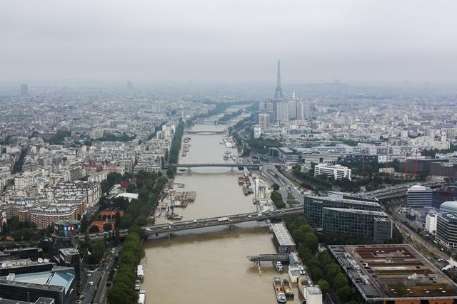 Na snímke z helikoptéry pohľad na rieku Seina v Paríži