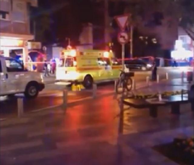 Na snímke z videa záchranka na mieste streľby
