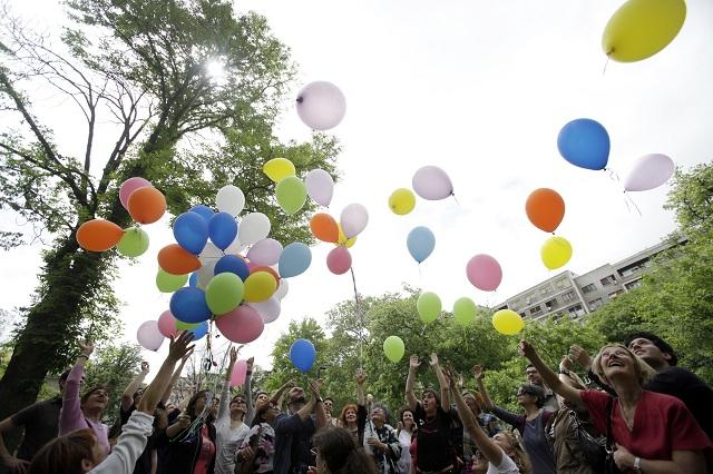 Homosexuáli oslavujú. Už aj registrovaní partneri si môžu adoptovať deti,rozhodol Český Ústavný súd