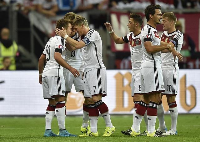 Na snímke hráči nemeckej futbalovej reprezentácie, ktorí zvíťazili v nedeľňajšom súboji C-skupiny majstrovstiev Európy nad Ukrajinou 2:0