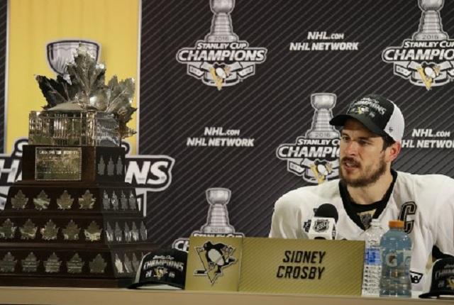 Center Pittsburgh Penguins center Sidney Crosby hovorí počas tlačovej konferencie po víťazstve nad mužstvom San Jose Sharks