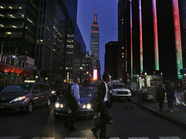 Na pamiatku 50 obetí streľby v nočnom gay klube v meste Orlando na Floride zostala v noci nadnes veža známeho newyorského mrakodrapu Empire State Building ponorená do tmy