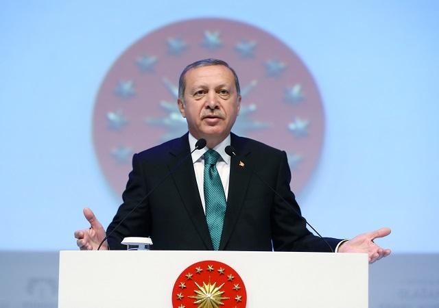 Erdogan dokončil univerzitu rok před tím, než začala existovat. Podle turecké ústavy nemůže být prezidentem