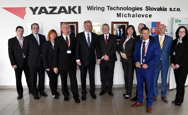 Na snímke spoločná fotografia prezidenta SR Andreja Kisku (na snímke piaty zľava) s predstaviteľmi spoločnosti Yazaki Wiring Technologies Slovakia 10. júna 2016 v Michalovciach