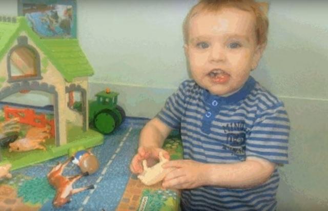 Na snímke dvojročný Liam