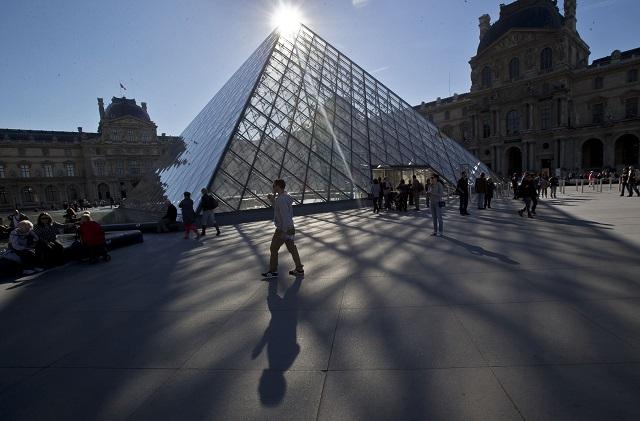 Na archívnej snímke z 14. októbra 2014 pohľad na  presklennú pyramídu Múzea Louvre v Paríži