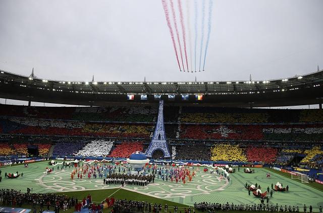 Letecká akrobatická skupina Patrouille de France prelietava nad štadiónom Stade de France počas otváracieho ceremoniálu majstrovstiev Európy vo futbale pred úvodným zápasom A-skupiny ME 2016 vo futbale Francúzsko - Rumunsko v parížskom Saint-Denis