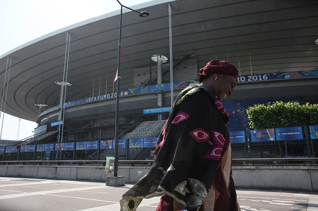 a snímke žena kráča okolo štadióna Stade de France v parížskom predmestí Saint-Denis 7. júna 2016. S kapacitou 81.338 miest piaty najväčší štadión v Európe leží na severe Paríža v predmestí Saint-Denis a pre svoje potreby ho využíva francúzska futbalová i ragbyová reprezentácia, každoročne sa na ňom koná finále Francúzskeho pohára a Ligového pohára