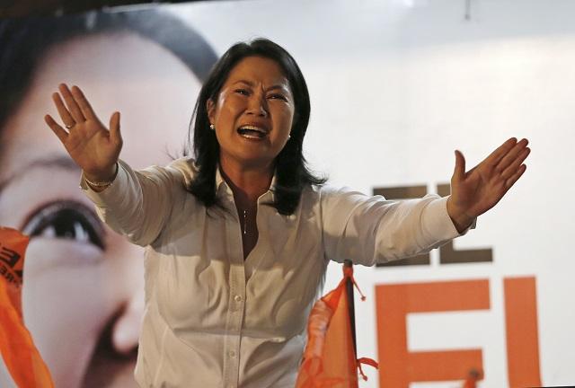 Prezidentská kandidátka Keiko Fujimoriová, dcéra uväzneného exprezidenta Alberta Fujimoriho, zdraví svojich stúpencov v LIme 5. júna 2016. Bývalý peruánsky premiér Pedro Pablo Kuczynski zrejme tesne zvíťazil v druhom kole prezidentských volieb v juhoamerickej krajine, v ktorých bola jeho súperkou Keiko Fujimoriová