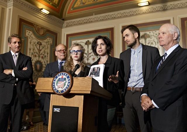 Na snímke členky ruskej punkovej skupiny Pussy Riot Nadežda Tolokonnikovová (uprostred vpravo) a Marija Aľochinová (uprostred vľavo) s americkými senátormi počas vyhlásenia v americkom Kapitole vo Washingtone