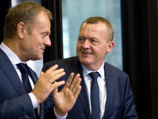 Na archívnej snímke vpravo dánsky premiér Lars Lokke Rasmussen a predseda Európskej rady Donald Tusk