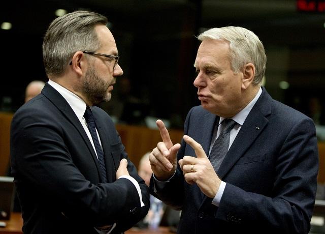 Na snímke štátny minister ministerstva zahraničných vecí pre európske záležitosti Nemecka Michael Roth (vľavo) a francúzsky minister zahraničných vecí Jean-Marc Ayrault