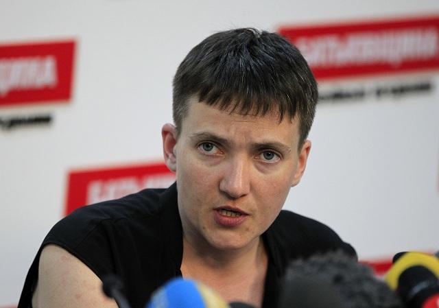Ukrajinská pilotka a nedávno omilostená ukrajinská vojačka Nadija Savčenková