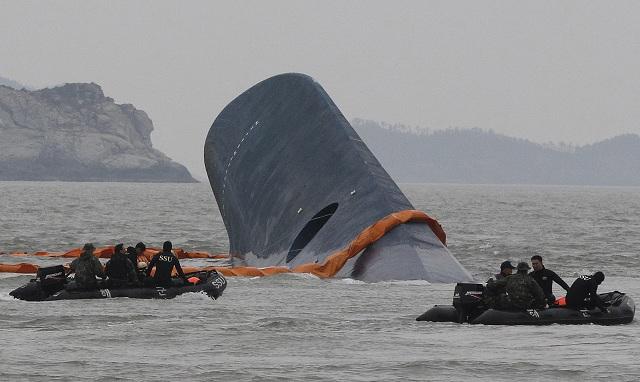 Na archívnej snímke z 17. apríla 2014 pobrežná stráž pátra po nezvestných cestujúcich potopeného trajektu pri juhokórejskom ostrove Čedžu