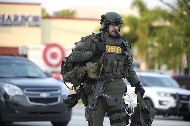 Na snímke člen zásahového tímu SWAT prichádza na miesto streľby v nočnom klube v Orlande