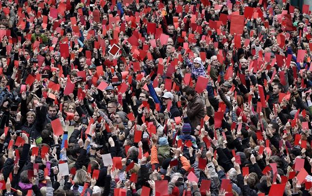 """Archívna snímka zachytáva tisícky Čechov, ktorý sa zišli na Národnej triede v Prahe na protestnej akcii """"Chcem sa s vami porozprávať, pán prezident"""""""