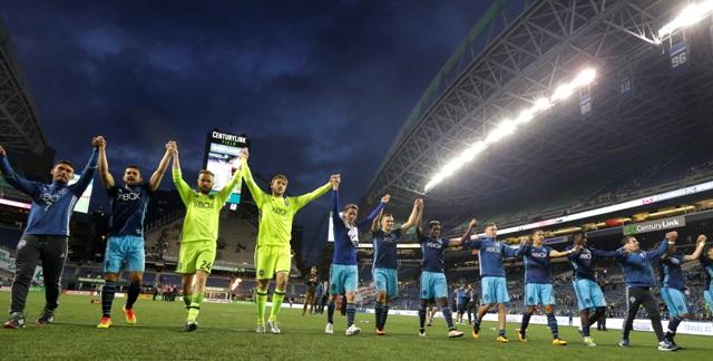 Futbalisti amerického klubu Seattle Sounders sa tešia po výhre 3:0 v prípravnom zápase  nad anglickým družstvom West Ham United v americkom meste Seattle