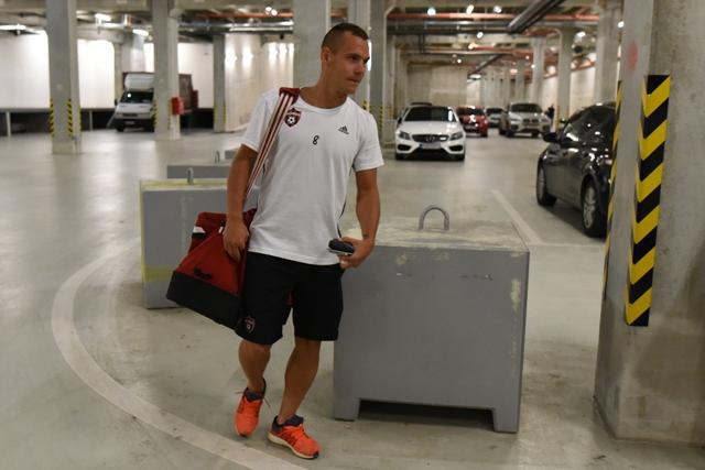 Na snímke kapitán FC Spartak Trnava Martin Mikovič  pri nakladaní batožiny do autobusu pred odjazdom na letisko do Viedne, odkiaľ hráči Spartaka odcestujú na štvrtkový odvetný zápas prvého predkola Európskej ligy proti maltskému klubu Hibernians FC