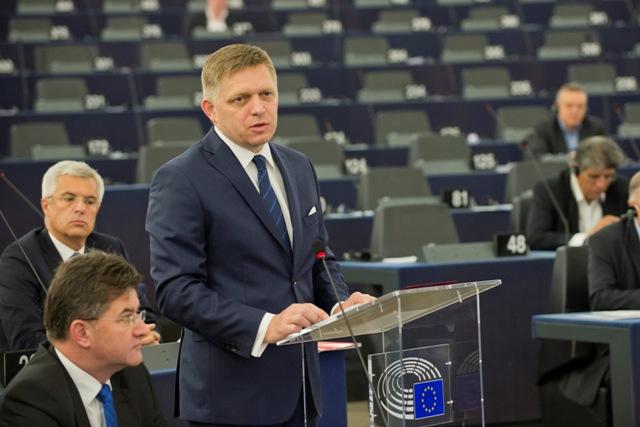 Na snímke predseda vlády SR Robert Fico reční počas prezentácie programových priorít SK PRES v pléne Európskeho parlamentu v stredu 6. júla 2016 v Štrasburgu. Dole vľavo minister zahraničných vecí a európskych záležitostí SR Miroslav Lajčák