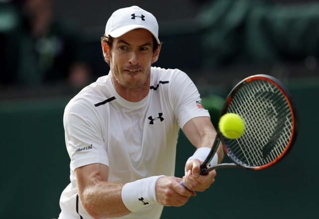 Britský tenista Andy Murray odvracia loptičku Francúzovi Jo-Wilfriedovi Tsongovi vo štvrťfinálovom zápase tenisového turnaja Wimbledon v Londýne