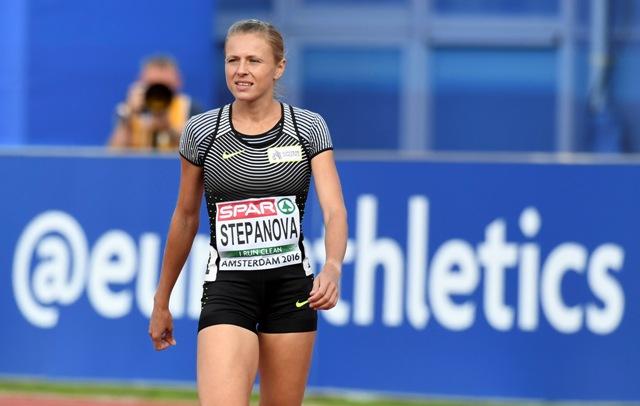 Na snímke ruská atlétka Julia Stepanovová prichádza na štart behu na 800 m pod neutrálnou vlajkou na ME v Amsterdame