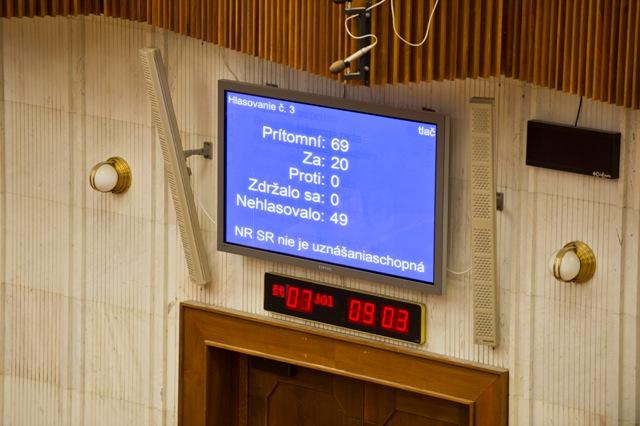 Na snímke informačná tabuľa počas 8. schôdze Národnej rady SR . Parlament nie je uznášaniaschopný
