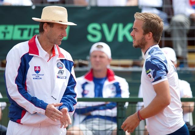 Na snímke slovenský reprezentant Andrej Martin (vpravo) a nehrajúci kapitán Miloš Mečíř počas  zápasu Davisovho pohára proti Maďarovi Péterovi Nagyovi v 2. kole 1. skupiny euro-africkej zóny