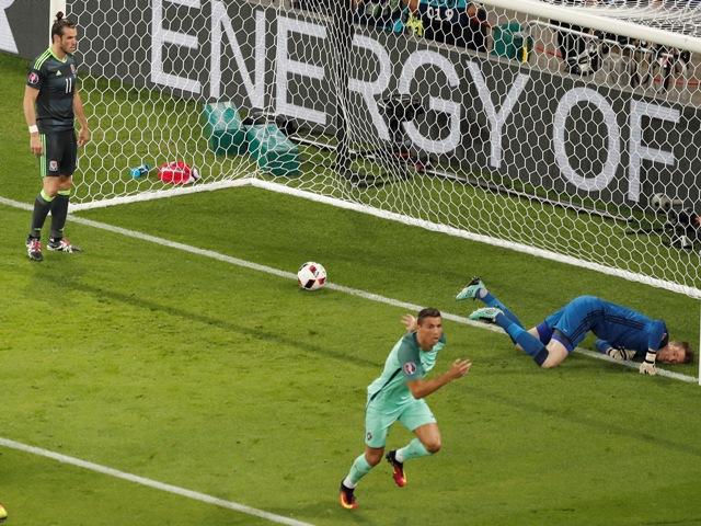 Na snímke portugalský futbalista Cristiano Ronaldo (uprostred) sa teší po strelení gólu za chrbát brankára Walesu Wayneho Hennesseyho v zápase semifinále ME vo futbale Portugalsko - Wales v Lyone vo Francúzsku