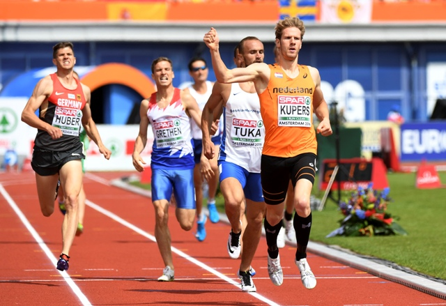 Zľava Nemec Benedikt Huber, Charles Grethen z Luxemburska, v pozadí Slovák Jozef Repčík, Amel Tuka z Bosny a Hercegoviny a Thijmen Kupers z Holandska počas rozbehu mužov na 800 m na atletických ME v holandskom Amsterdame