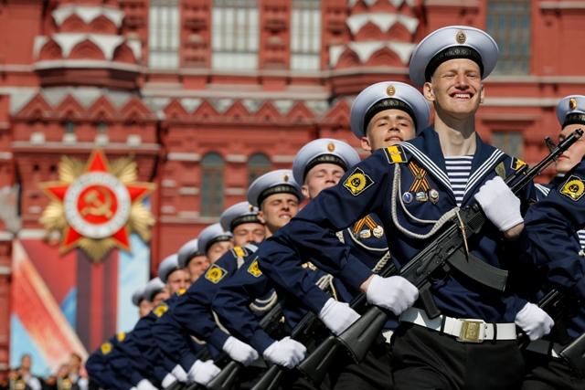 Na snímke pochodujúci ruskí vojaci