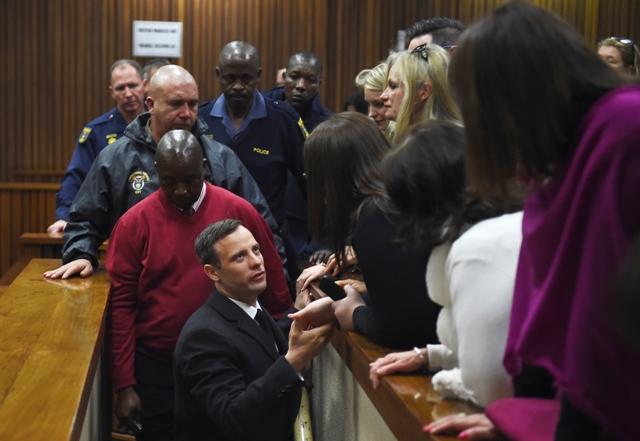 Na snímke Oscar Pistorius (uprostred) odchádza zo súdnej siene v Pretórii 6. júla  2016