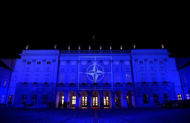 Prezidentský palác vo Varšave 8. júla 2016 osvetlený s logom NATO počas summitu NATO