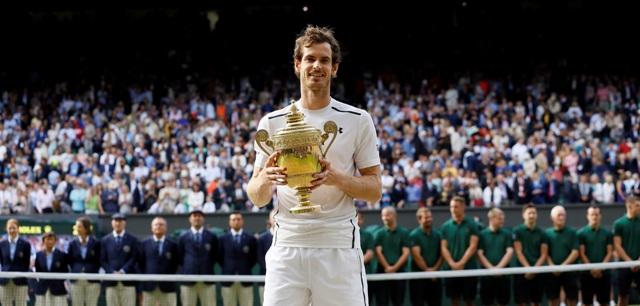 Britský tenista Andy Murray pózuje s trofejou po jeho víťazstve nad Kanaďanom Milošom Raoničom vo finále tenisového turnaja Wimbledon v Londýne