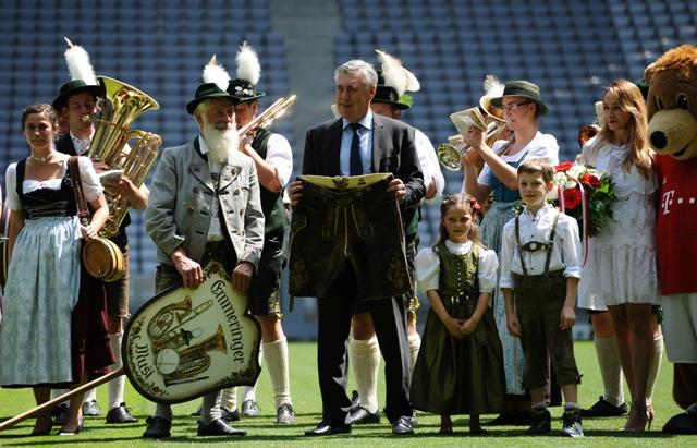 Na snímke nový tréner Bayernu Mníchov Carlo Ancelotti pózuje s tradičnými bavorskými koženými nohavicami