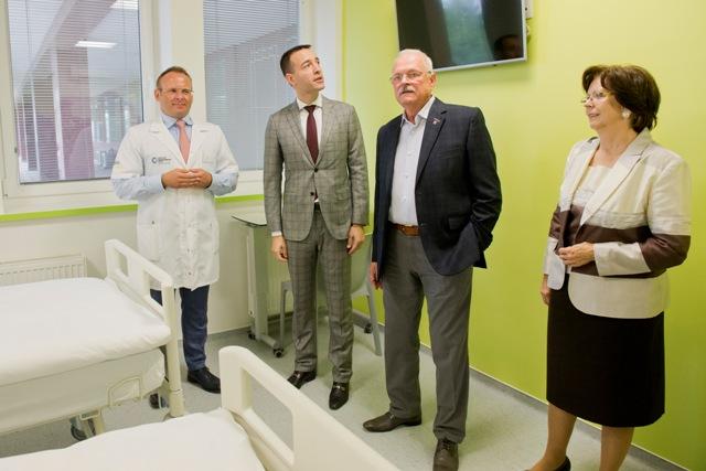 Na snímke zľava riaditeľ NOÚ Jozef Dolinský, minister zdravotníctva SR Tomáš Drucker a exprezident SR Ivan Gašparovič s manželkou Silviou