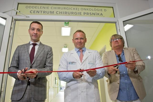 Na snímke zľava minister zdravotníctva SR Tomáš Drucker, riaditeľ NOÚ Jozef Dolinský a kurátor výstavy výtvarných diel v priestoroch NOÚ Róbert Němeček