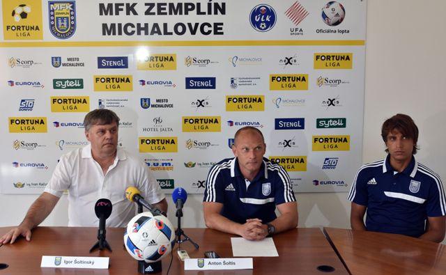 Na snímke zľava prezident klubu Igor Šoltinský, tréner Anton Šoltis a kapitán mužstva Tomáš Sedlák
