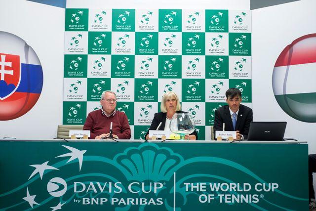 Na snímke zľava viceprezident Slovenského tenisového zväzu (STZ) Július Bacsó, hlavná rozhodkyňa Britka Jane Harveyová a generálny sekretár maďarského tenisového zvúzu Attila Richter počas žrebu stretnutia 2. kola 1. skupiny euró-africkej zóny Davisovho pohára Maďarsko - Slovensko