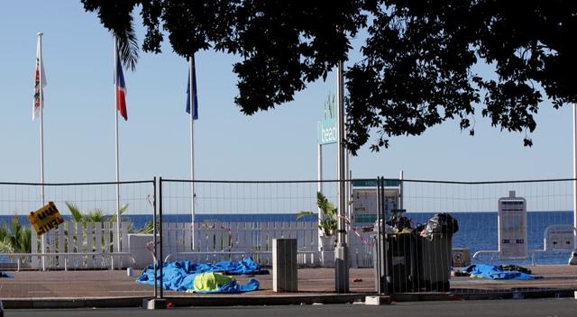 Zakryté telá obetí nočného útoku ležia na promenáde v Nice