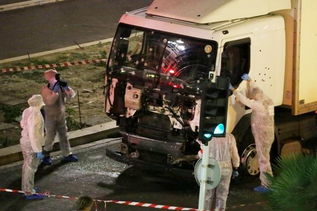 Policajní vyšetrovatelia skúmajú rozstrieľané nákladné auto na mieste teroristického útoku na promenáde v Nice