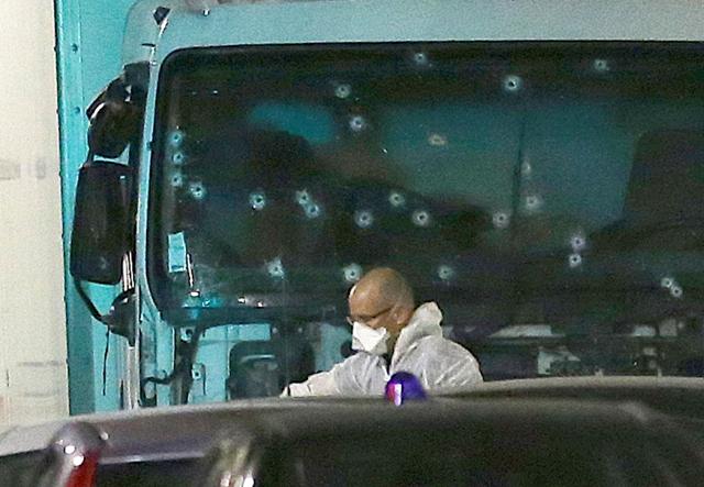 Forenzný technik prehliada rozstrieľanú kabínu nákladného auta na mieste teroristického útoku na promenáde v Nice